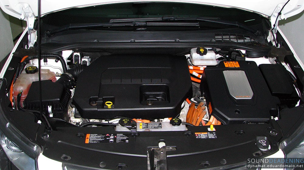 Petrol engine at the center, Voltec electric unit at the side